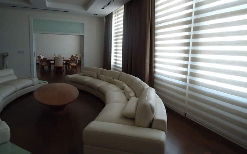 Cortina en tela Dúo rústica, combinada con cortina blackout textil. Ambas cortinas están motorizadas con sistemas Somfy. Oficina Sala de Directorio en la Zona de CABA.